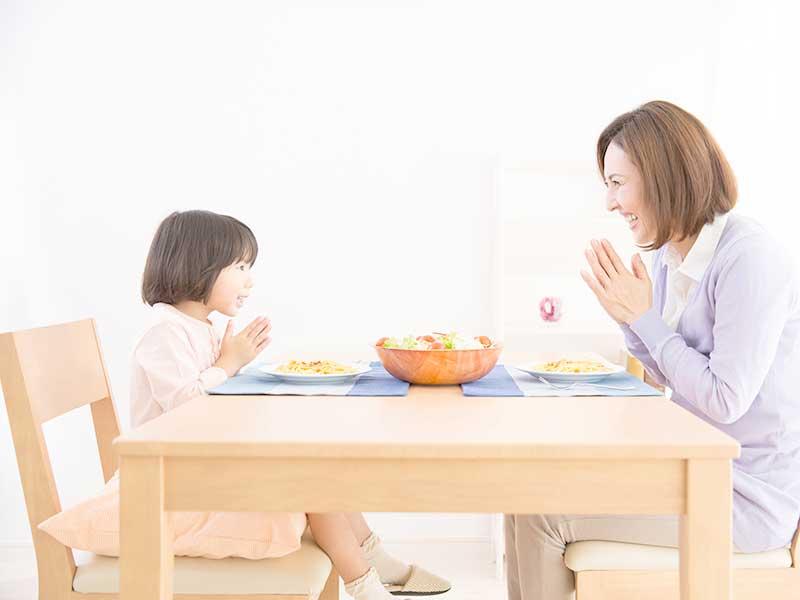 お昼を一緒に食べる親子
