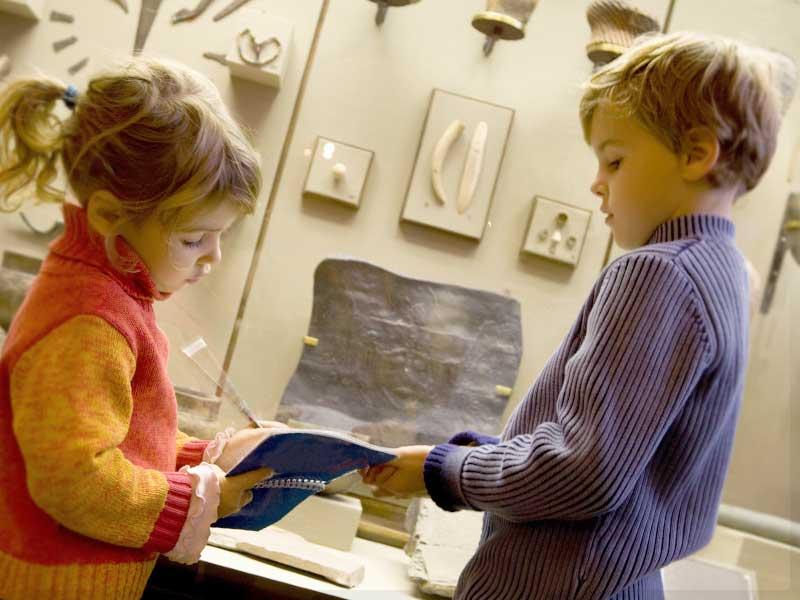 博物館にいる子供達