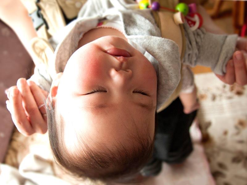 抱っこで寝る赤ちゃん