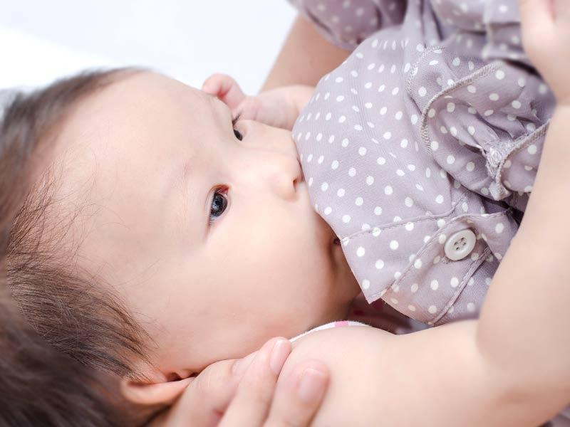 母乳をごくごくと飲む赤ちゃん