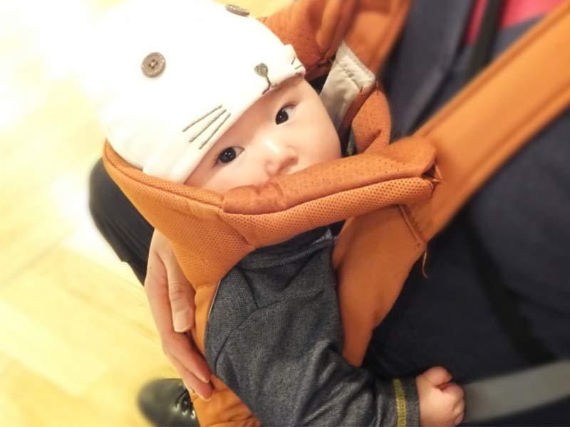 抱っこ紐で赤ちゃんを抱っこするパパ