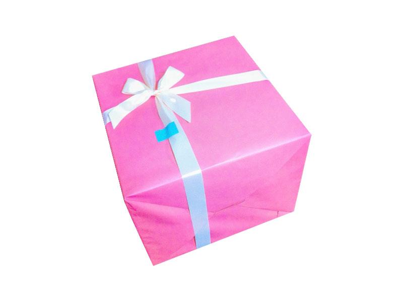 ピンクラッピング紙とリボンを使った大きなプレゼント