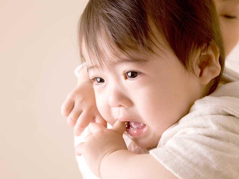 抱っこしてもらう泣きそうな赤ちゃん