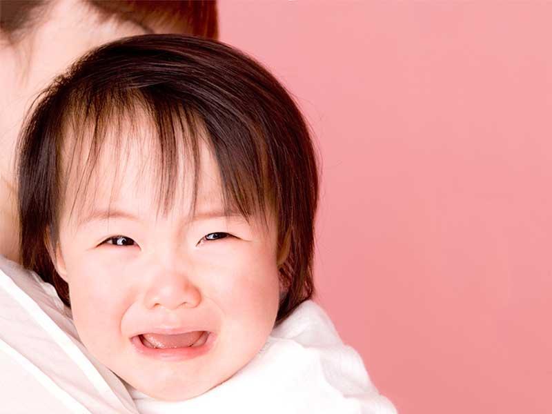 目を開けたままで泣く小さい女の子