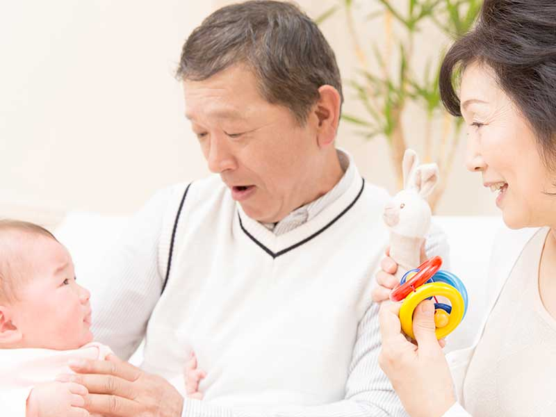 祖父母に預けられる赤ちゃん