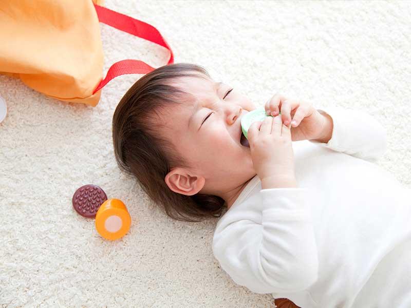遊びながら泣く赤ちゃん