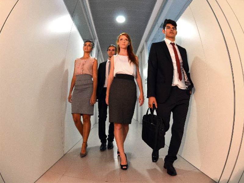 廊下を歩く社員