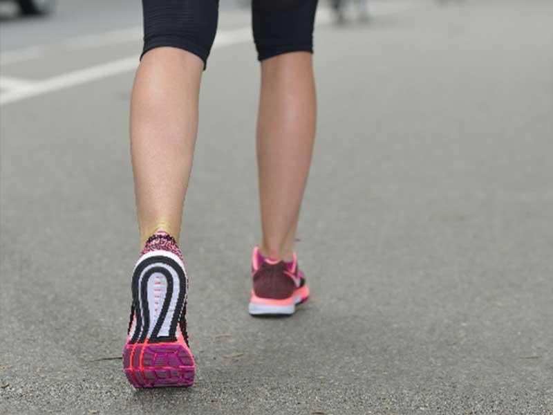 ウォーキングをする女性の脚