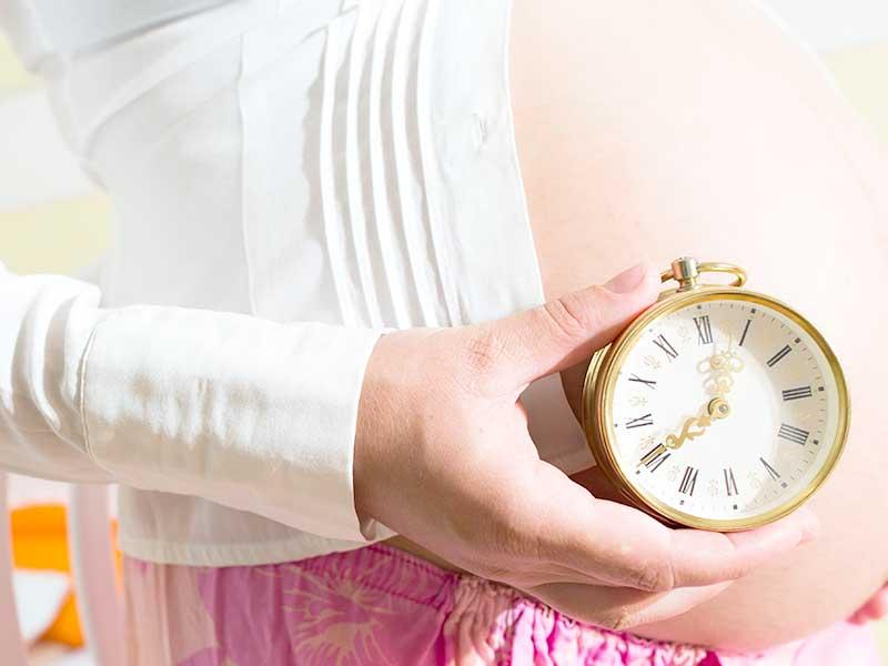 時計を持つ妊婦さん