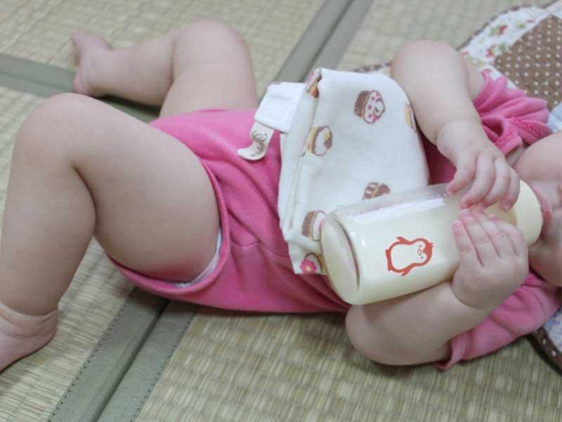 外食の時に寝ながらミルクを飲んでる赤ちゃん