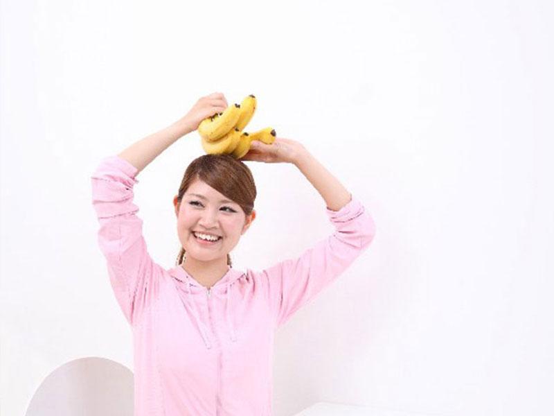 バナナを持って嬉しそうな表情をする女性