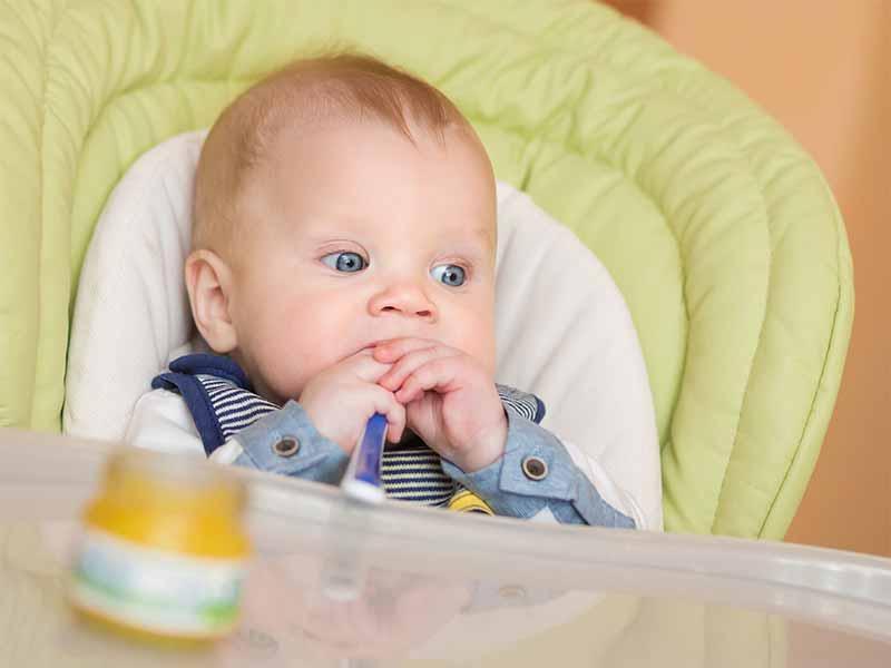 ベビーフードを食べている赤ちゃん