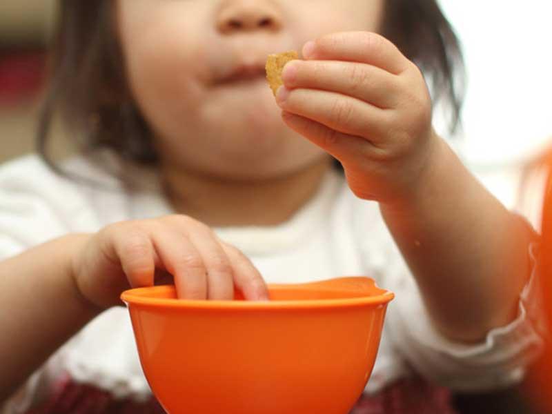 シリアルを食べる赤ちゃん
