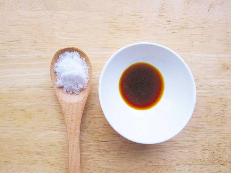 テーブルに置いたお醤油と塩とスプーン