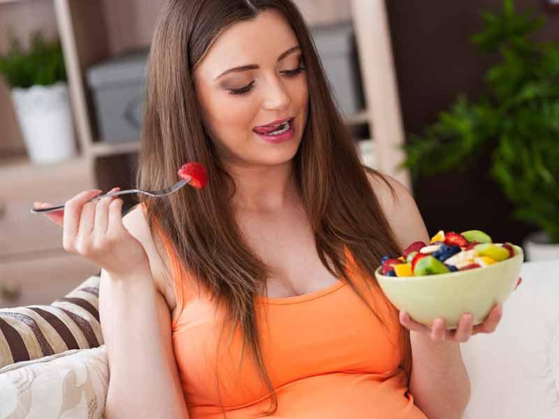 フルーツを食べる妊婦さん