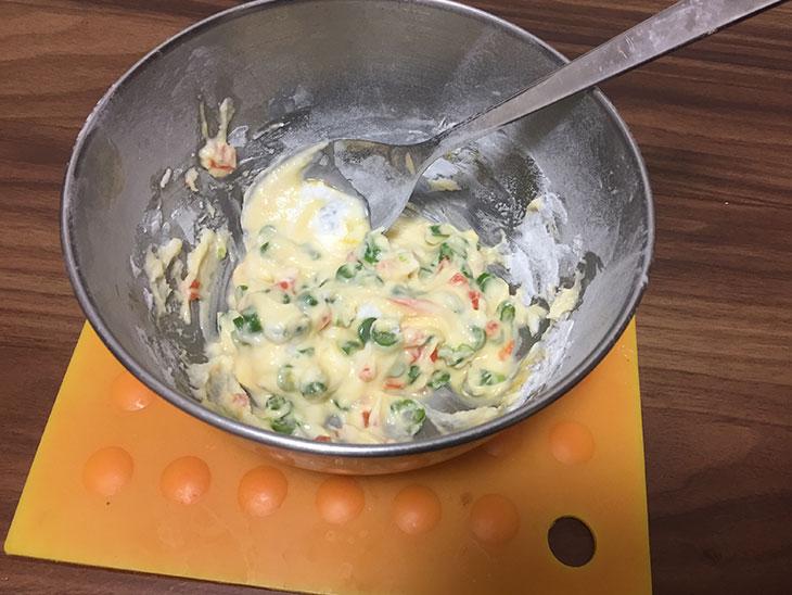 ボウルにいれた、さやいんげんと米粉と水と卵を混ぜる