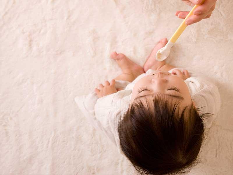 離乳食を食べる小さい男の子