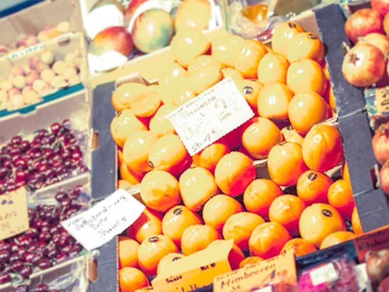 スーパーの柿とフルーツ