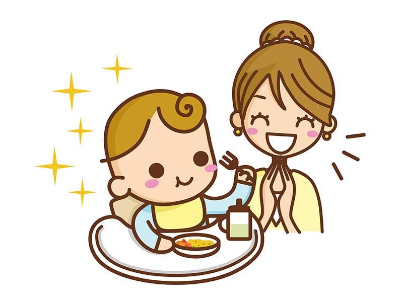 離乳食を食べてる赤ちゃんを笑顔で見てるお母さん