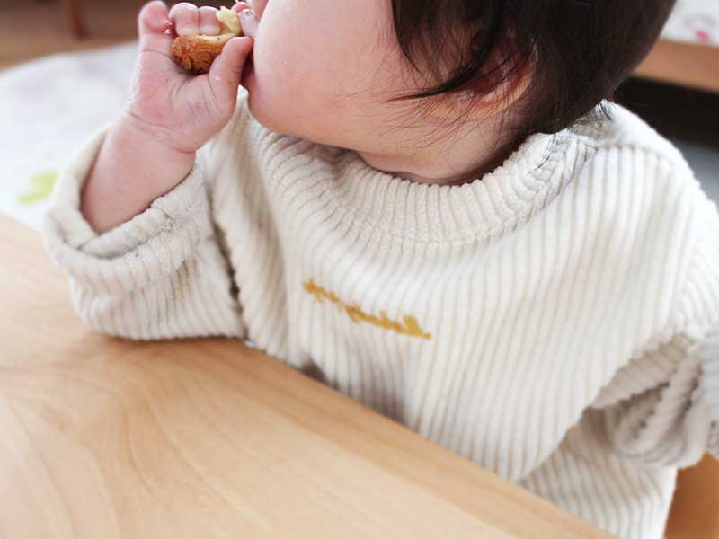 手づかみ食べをする赤ちゃん