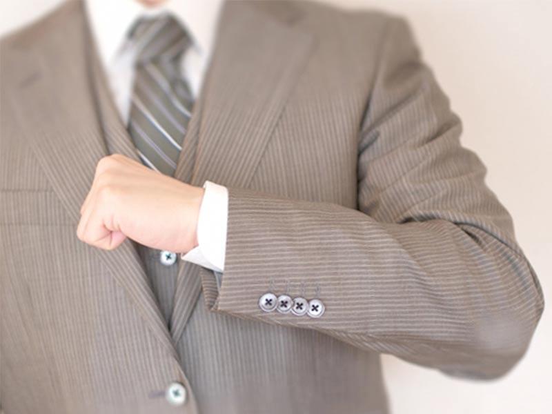 ひじテカリのあるスーツを着る男の上半身