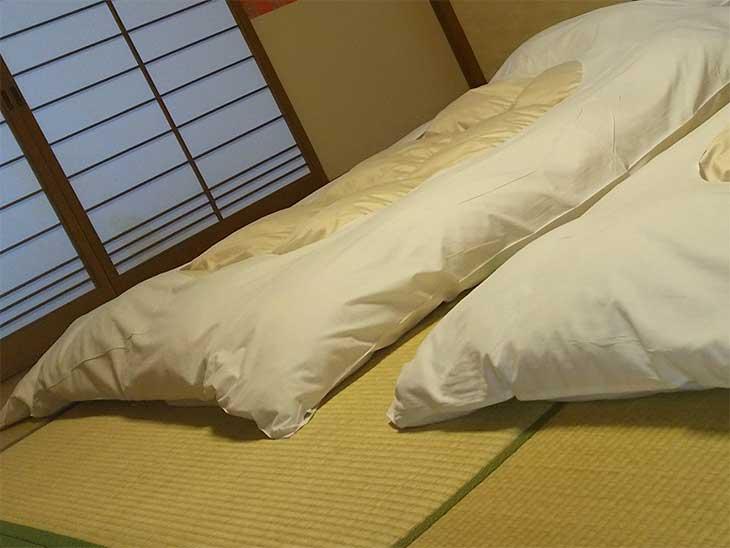 布団が敷いてある和室