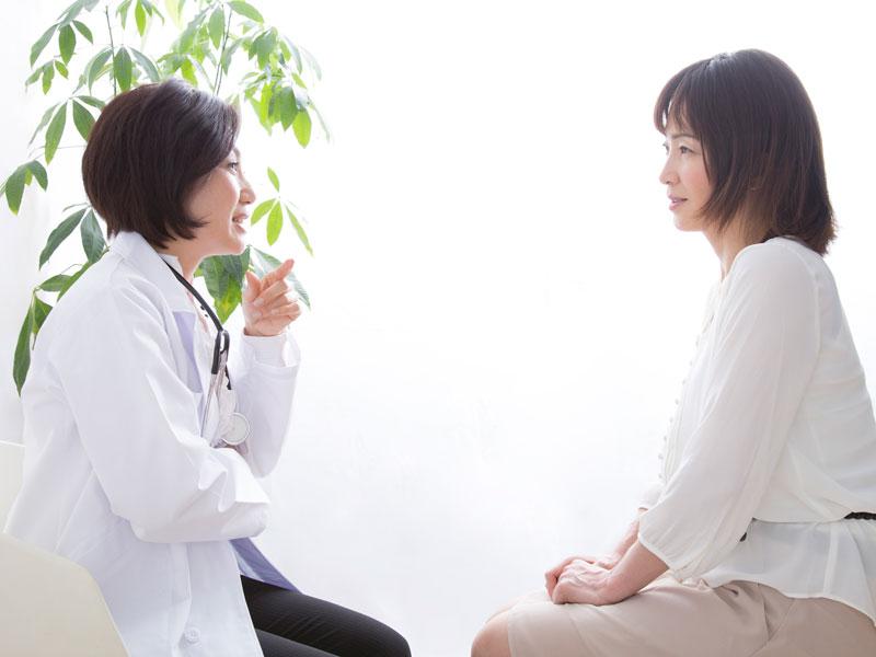 診察を受ける女性と産婦人科医