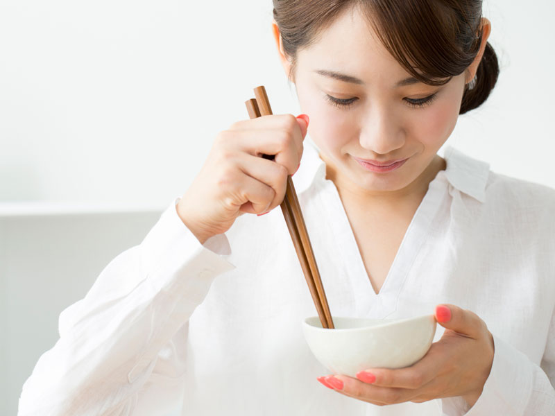 ご飯を食べようとしてる女の人