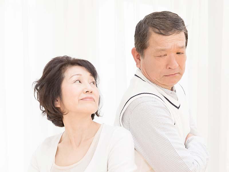 お互いの顔を見てる老夫婦