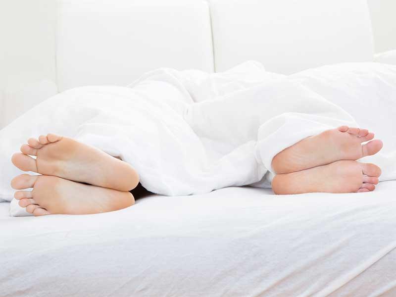 お互い逆を向いて寝てる夫婦の足の裏