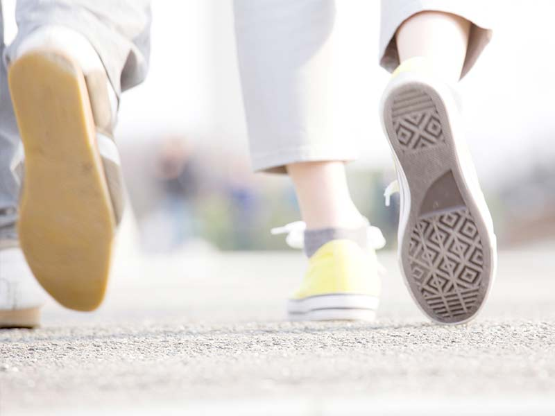 並んで散歩してる夫婦の足