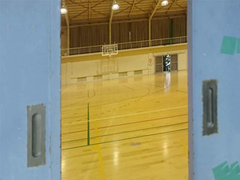 バスケコートがある体育館
