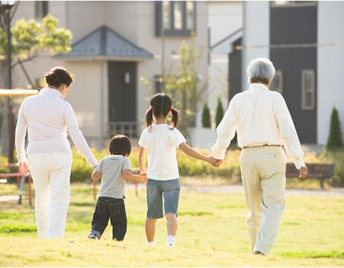 孫と歩く祖父母