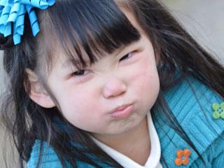 顔をしかめて怒る女の子