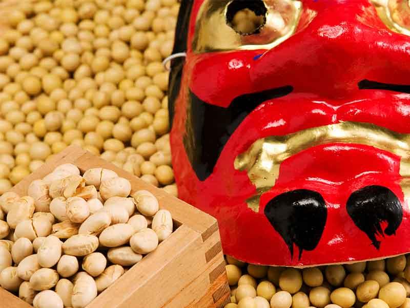 鬼の面と豆