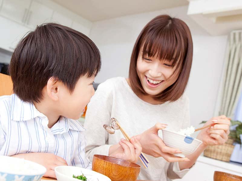 ママと一緒に御飯を食べている男の子