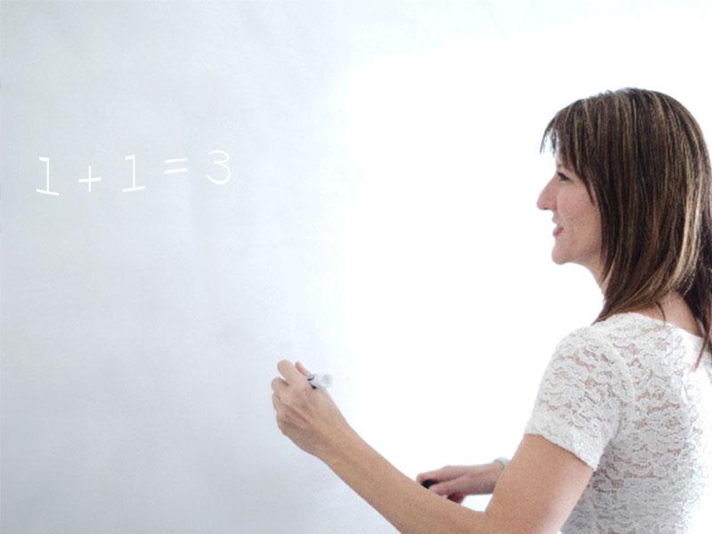 黒板に算数の問題を書いている先生