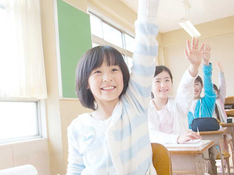 手を上げる学生たち
