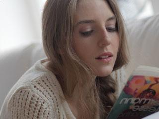 雑誌を読む主婦