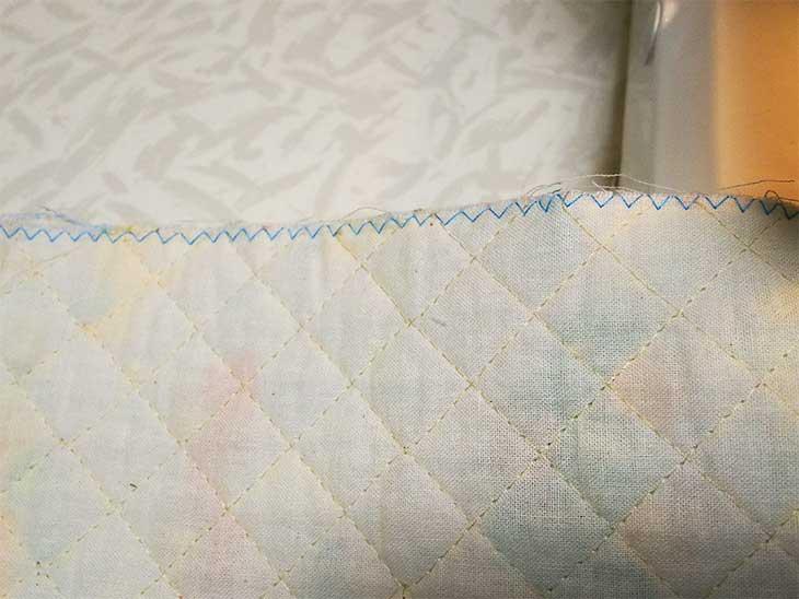 ほつれないように端をジグザグ縫いされた布
