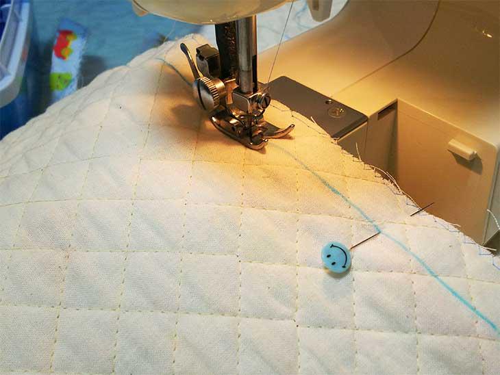 通園バッグの両サイドをミシンで縫ってる