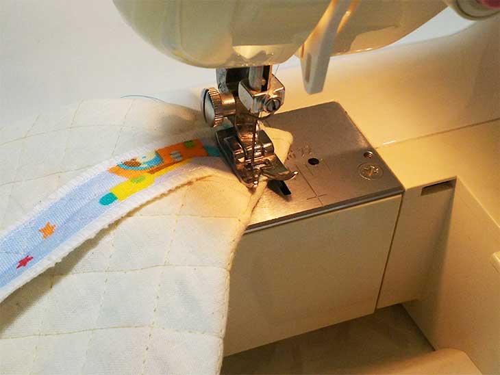 通園バッグのマチ部分をミシンで縫う