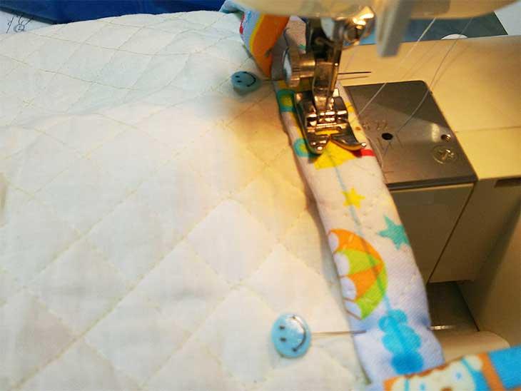 通園バッグの布袋をミシンで縫ってる