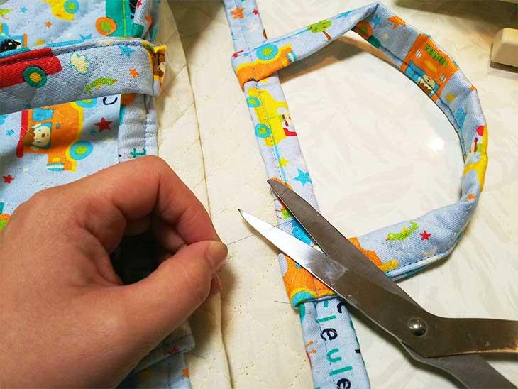 手作り通園バッグの余分な糸をハサミで切る