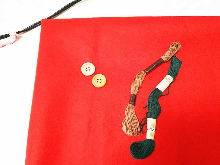 フェルトと刺繍糸とボタンの車のアップリケの材料