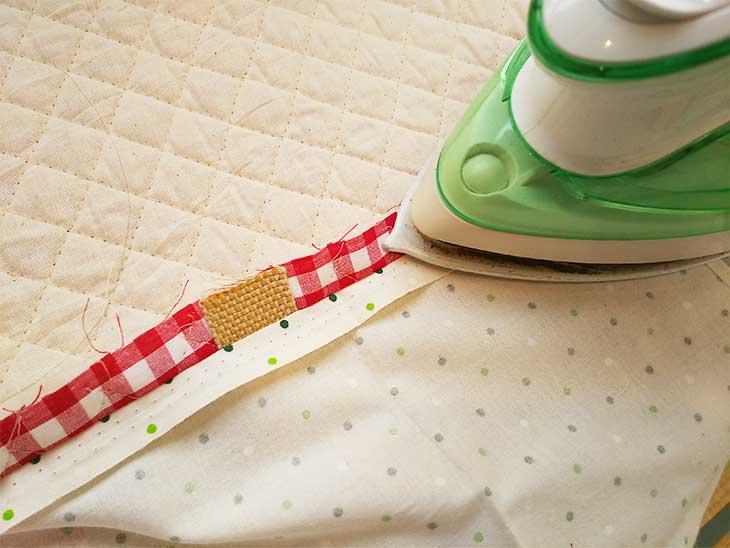 布袋をの縫い代をアイロンで折り返して癖付ける
