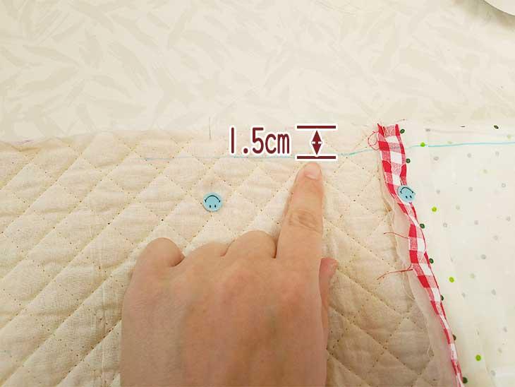表地と裏地を折り返してサイドの縫う部分にチャコペンで線を引く