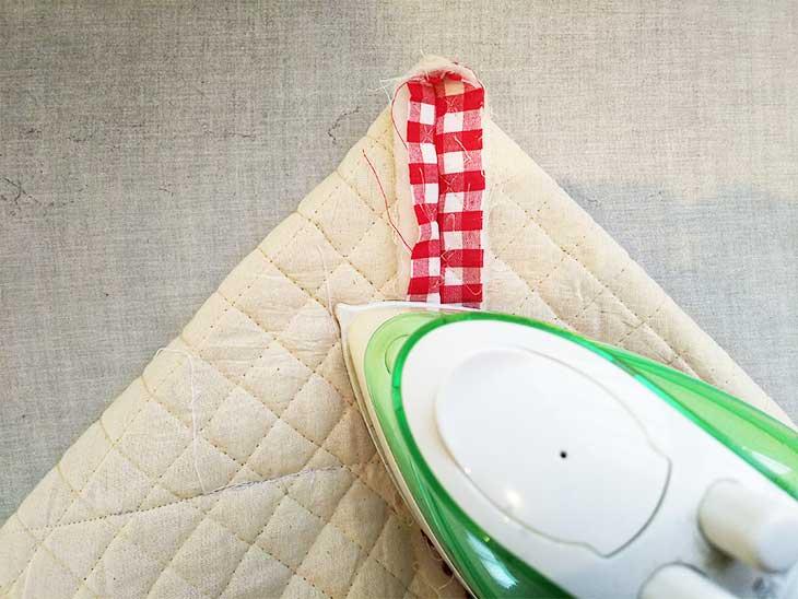 通園バッグの底部分に裏側からマチをつけるためにアイロンで折り返して癖付ける