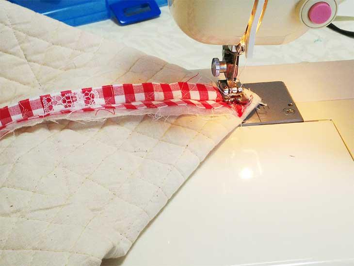 マチ部分をミシンで縫い付ける