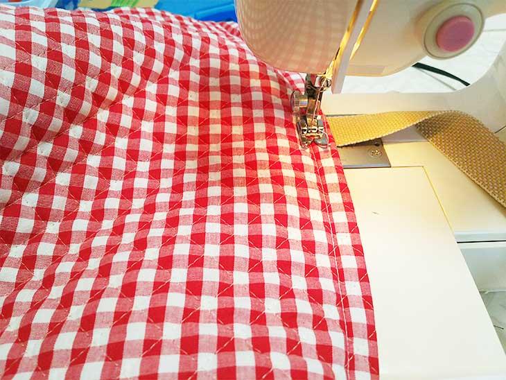 袋口の表地と裏地をミシンで縫う
